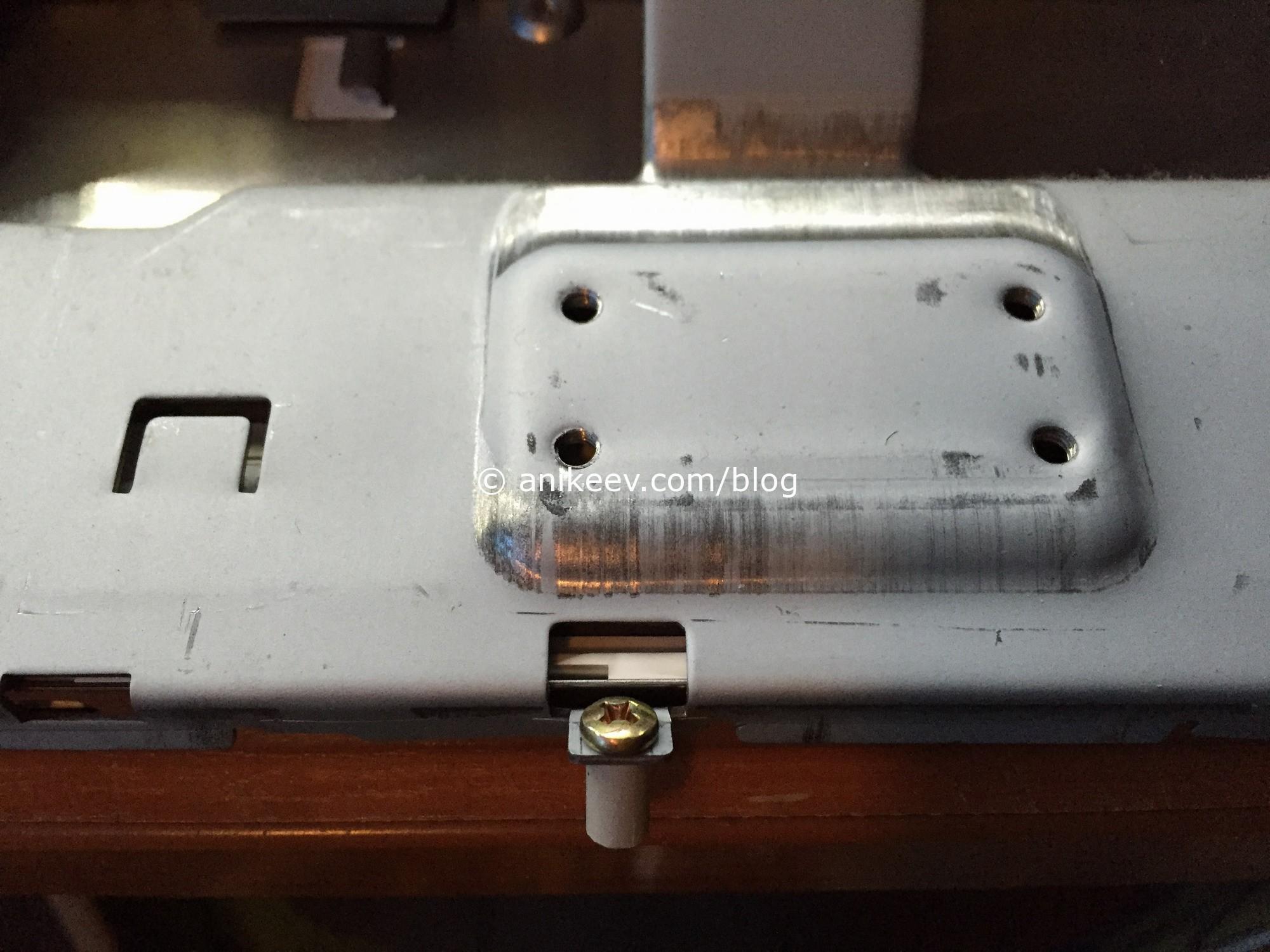 Переднюю рамку монитора 710N удерживает вот этот винтик. Я его сломал.